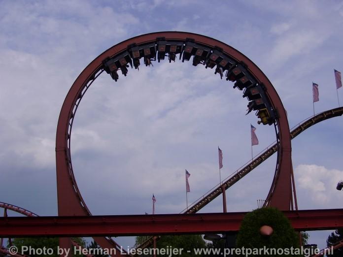 Schwarzkopf achtbaan Looping Star in Attractiepark Slagharen