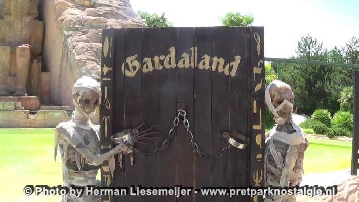 Gardaland - Twee mummies uit La Valle dei Re staan tegenwoordig ter decoratie voor de tempel