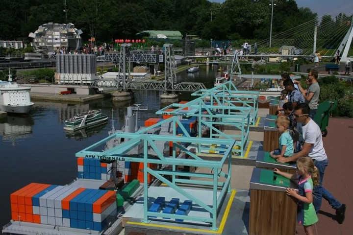 Madurodam - Containers laden in de haven