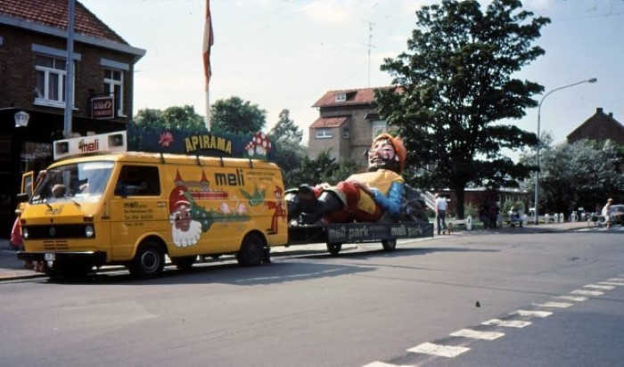 De reus uit Meli Park op transport